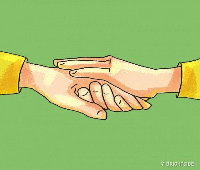 Đặt tay lên tay nắm đối phương