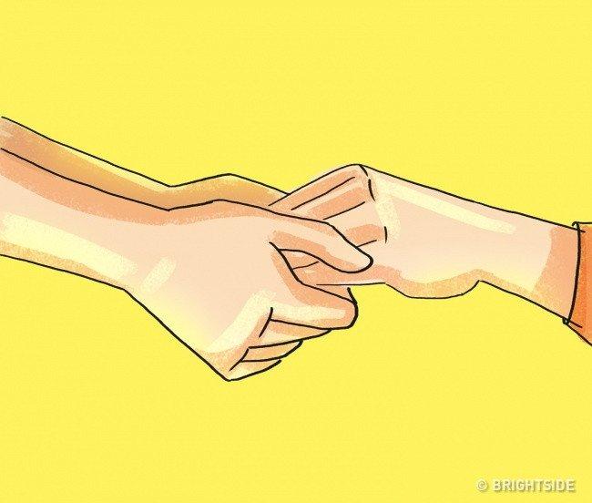 Nắm tay ai đó từ phía dưới