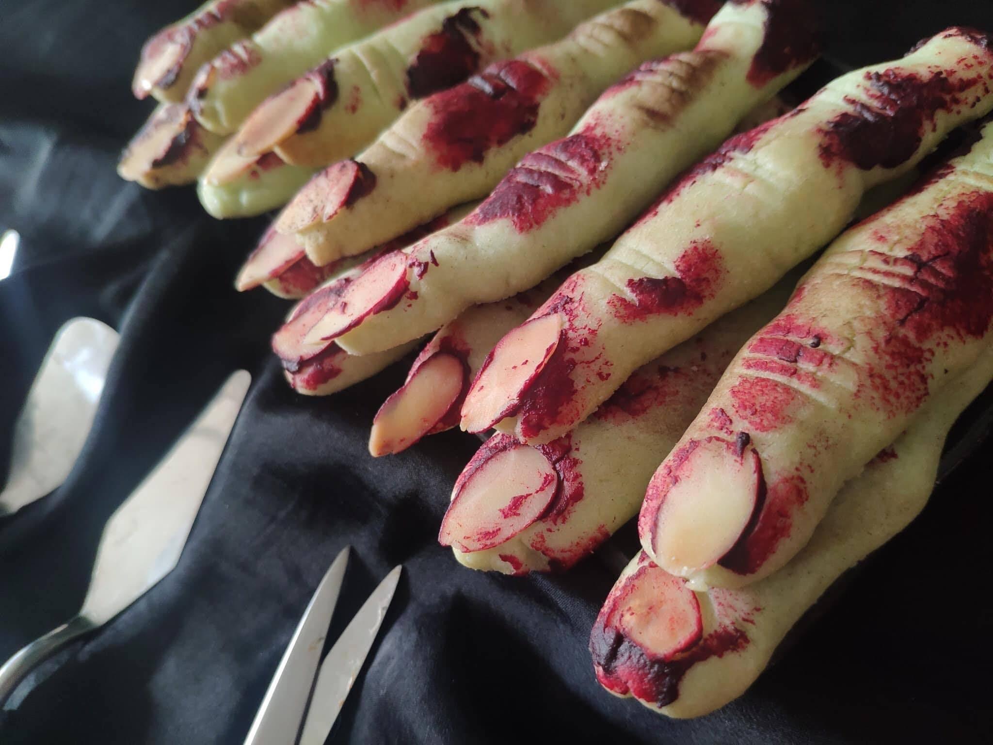 Tạo hình món ăn kinh dị được dùng trong tiệc finger food halloween tại công ty